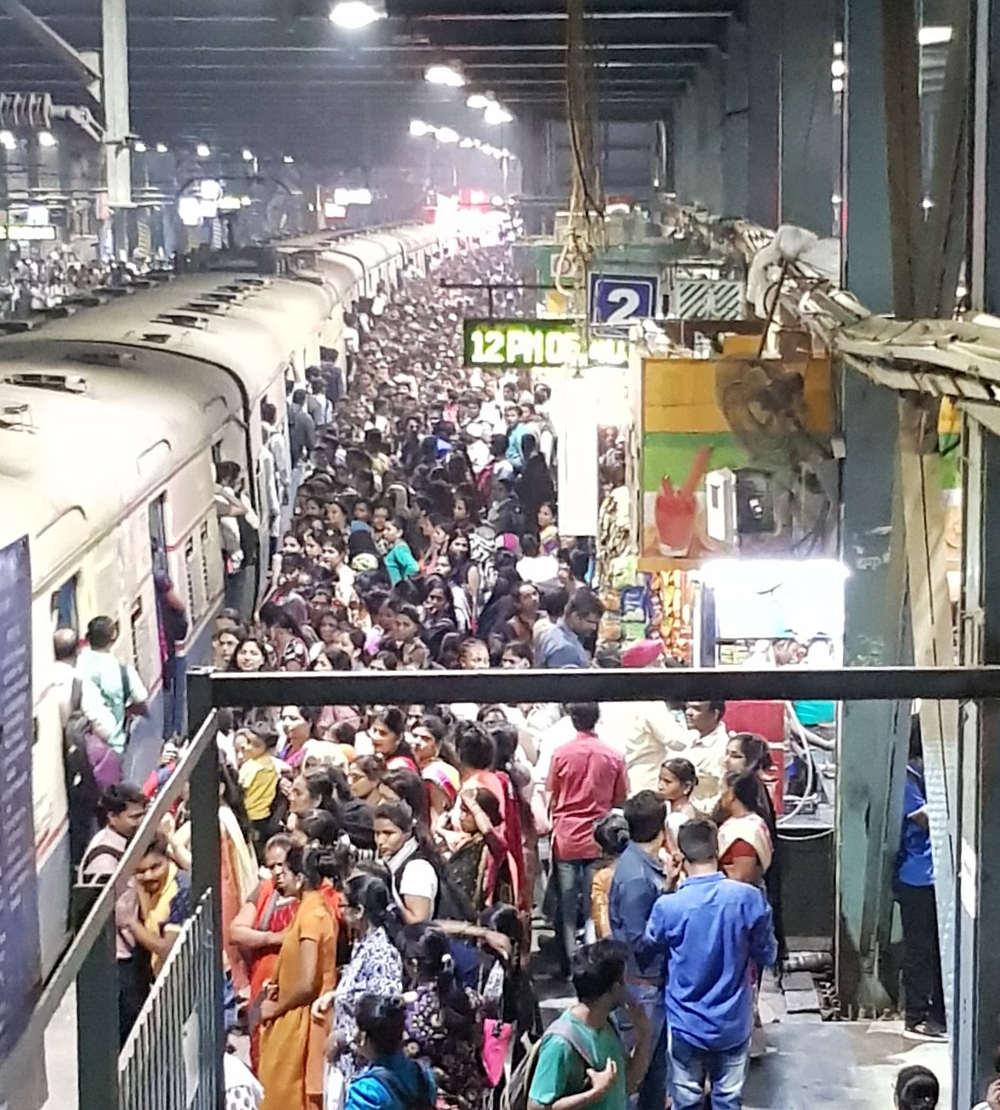 Crowds for train at Andheri Station, Mumbai